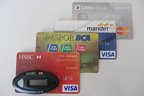 Berbagai kartu kredit &; debit (cimb mastercard platinum, mandiri visa