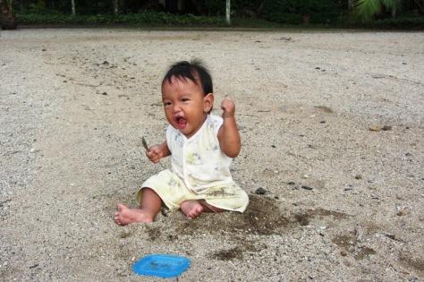 Bermain pasir pantai di Manado