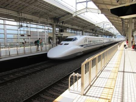Kereta peluru Shinkansen jenis N700, sanggup melaju hingga 300 km/jam
