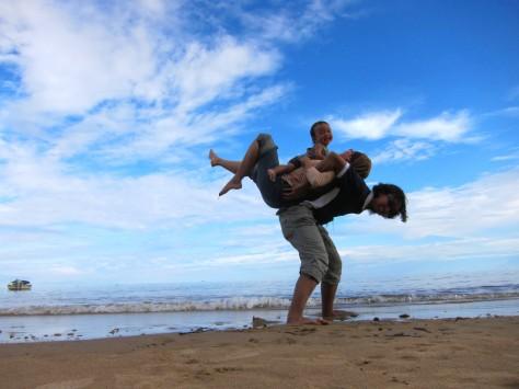 Gendongan di Pantai Manggar