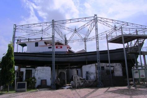 Kapal di atas atap rumah