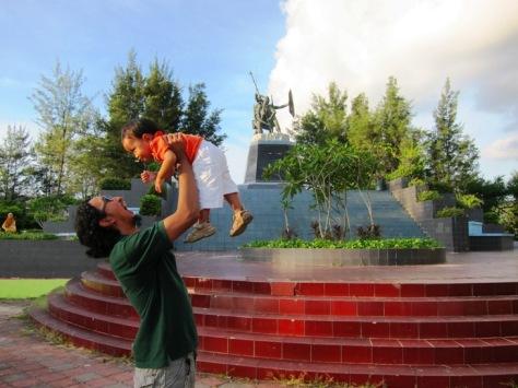 Papa Krewel dan Boliq dan Patung Monpera