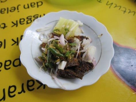 Potongan daging kambing bakar sebagai pelengkap kari kambing Aceh yang nikmat