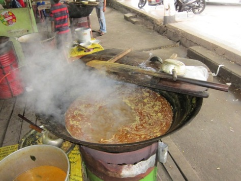 Kari Kambing Aceh tampak mengepul di atas wajan raksasa