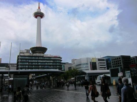 Kyoto Tower dari depan stasiun