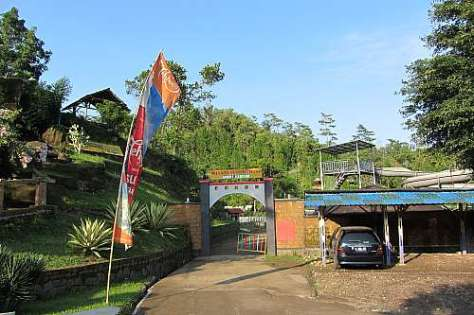 Pintu gerbang kawasan wisata alam Jambe Kembar Purbalingga