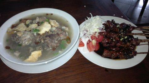 Sate kambing yang empuk dan lezat serta sop kambing yang gurih dan nikmat, hidangan andalan Pondok Sate Djono Jogya Pejompongan