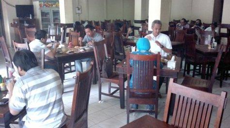 Suasana dalam restoran Pondok Sate Djono Jogya Pejompongan yang berkesan klasik, namun agak pengap dan panas