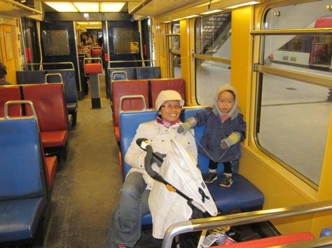 Suasana dalam kereta RER B yang menghubungkan Charles de Gaulle dengan pusat kota Paris, mirip kereta bisnis di Indonesia