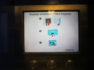 Petunjuk cara menitipkan koper dalam loker di Amsterdam Centraal Station, Belanda