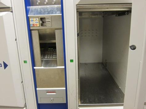 Loker terbuka dan mesin pembayaran otomatis di Amsterdam Centraal Station, Belanda
