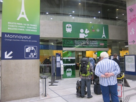 Loket penjualan tiket kereta yang melayani penjualan secara manual, Charles de Gaulle, Paris