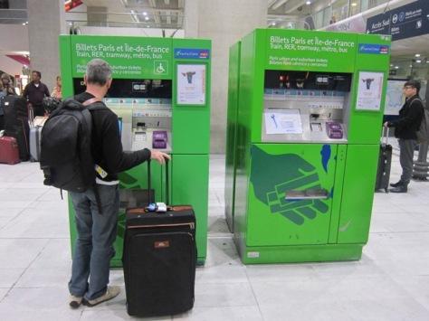Mesin tiket alias vending machine yang melayani penjualan tiket RER dari bandara Charles de Gaulle ke pusat kota Paris