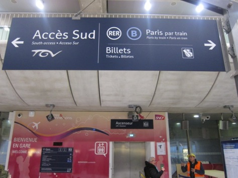 Papan petunjuk moda transportasi, dari Paris Charles de Gaulle gunakan kereta RER B
