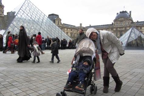 Simbok dan si Boliq di depan piramida Louvre