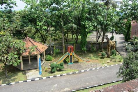 Taman bermain di sekitar Benteng Van Der Wijk Gombong, wahana wisata keluarga yang murah meriah