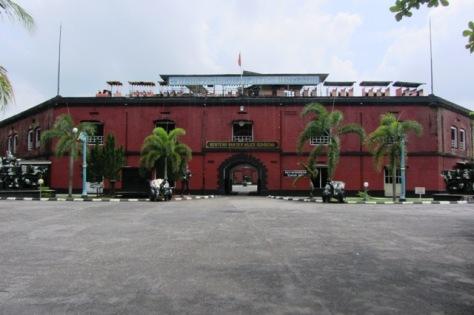 Tampak depan Benteng Van Der Wijk Gombong yang didominasi warna merah