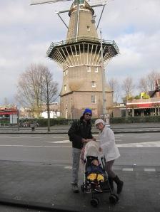 Di windmolen, difotoin bapak-bapak bersepeda yang bela-belain berhenti