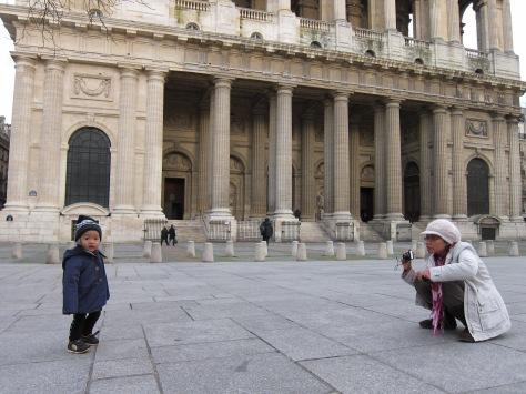 Gereja St Sulpice hanya beberapa langkah dari apartemen kami di Paris