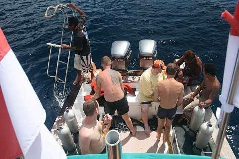 Penyelam bersiap-siap turun dari kapal di Nusa Penida, Bali