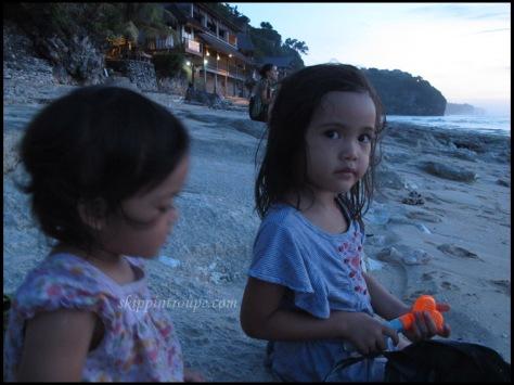 Bermain pasir dan ombak di Pantai Bingin