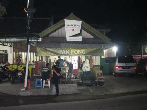 Sate Klathak Pak Pong, beralamat di Jl Imogiri Timur km 10, timur stadion Sultan Agung