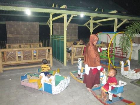 Saung-saung dan tempat bermain di tengah-tengah restoran Sate Klathak Pak Pong