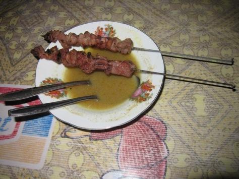 Sate Klathak Pak Pong dengan ciri khas tusuk jeruji sepeda dan kuah gulai