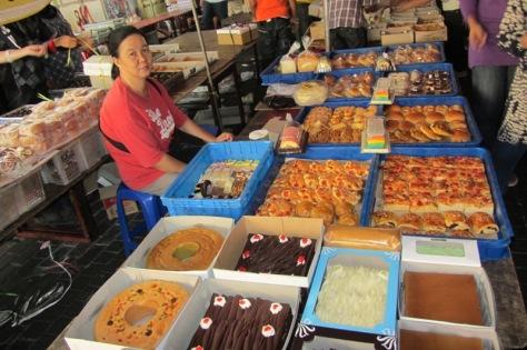 Pasar Kue Subuh, cocok untuk belanja grosir maupun eceran