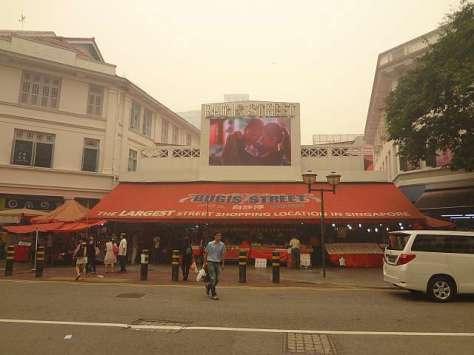 Bugis Street, pasar jalanan terbesar di Singapura yang menyediakan berbagai pernak pernik oleh-oleh