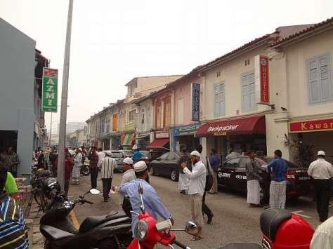 Suasana sekitar Masjid Abdul Gafoor, kawasan backpacker yang cukup ramai