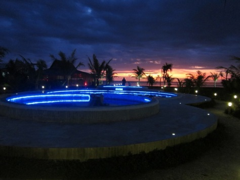 Kolam renang Turtle Beach Hotel yang meriah kalo malam