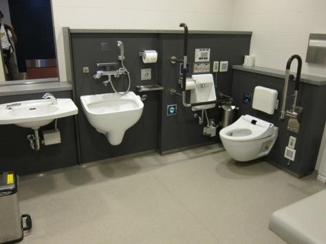 Penampakan salah satu toilet di Bandara Haneda Tokyo