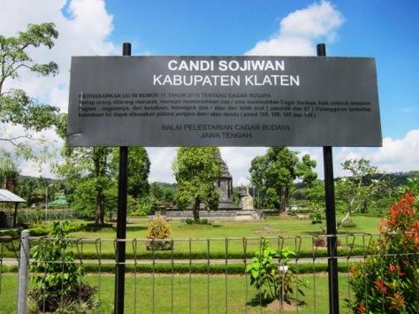 Candi Sojiwan terletak di Kabupaten Klaten, namun berbatasan dengan Kabupaten Sleman
