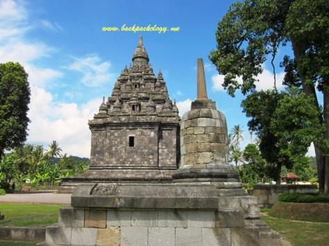 Candi Sojiwan dan Stupa di dekatnya