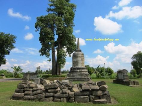 Candi Perwara Stupa dan tumpukan batu-batu yang belum bisa direkonstruksi di kompleks Candi Sojiwan