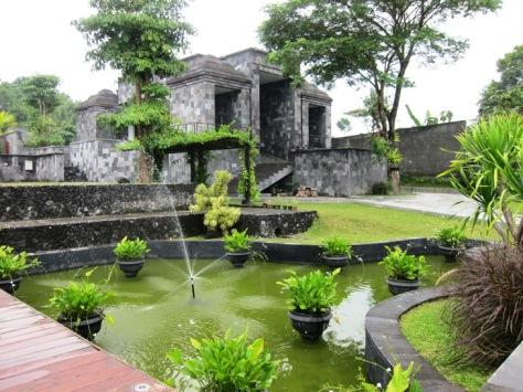 Resort dikelilingi taman yang indah