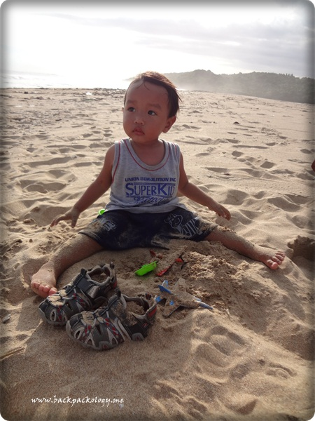 Oliq sibuk mainan, Simbok dan Bapaknya ngeksis sendiri