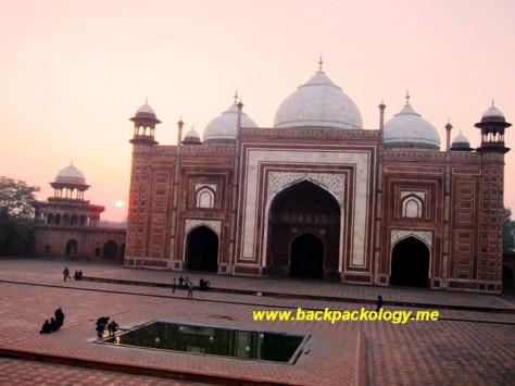 Masjid di kompleks Taj Mahal, sayangnya hanya bangunannya yang besar, namun jamaahnya sepi
