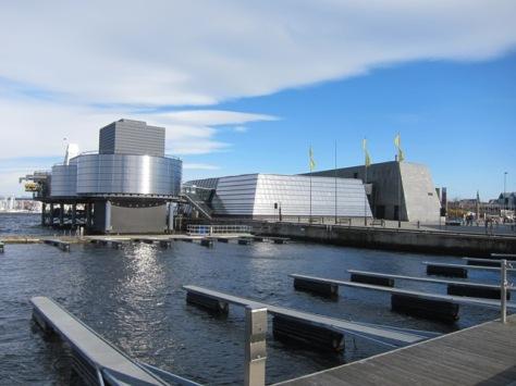Norwegian Petroleum Museum atau Norsk Oljemuseum dilihat dari pelabuhan, arsitekturnya menggambarkan onshore dan offshore platform