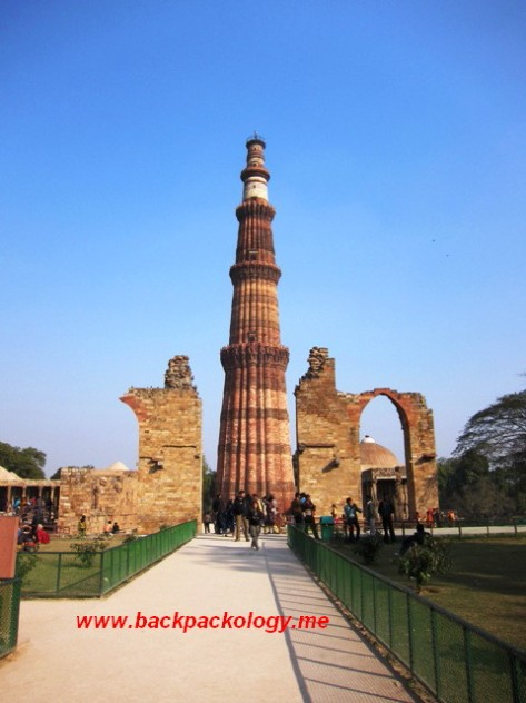 Menara Qutb Minar yang menjadi menara adzan tertinggi di jamannya, bahkan masih salah satu yang tertinggi hingga kini
