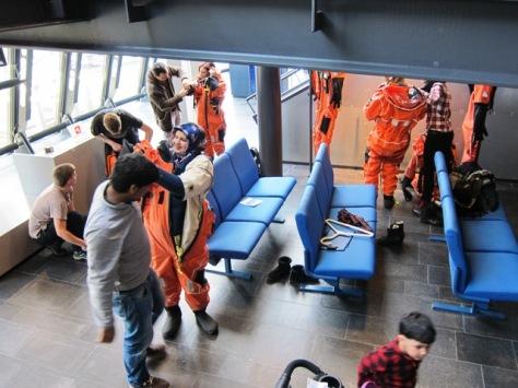 Pengunjung mencoba coverall khusus dan merasakan sensasinya di Norwegian Petroleum Museum