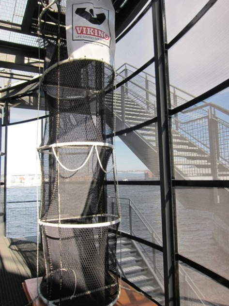 Escape chute alias tangga darurat berbentuk jaring yang lazim dipakai di offshore platform