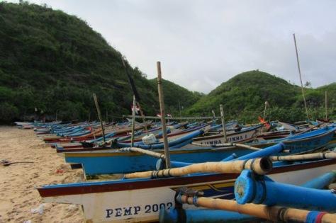 Kapal-kapal nelayan berjajar di bibir Pantai Ngrenehan