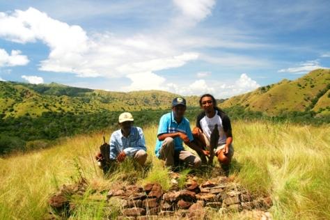 Kami bertiga berfoto di samping makam (ki-ka : Pak Ishaka, Pak Tasrif, saya) dengan bantuan tripod