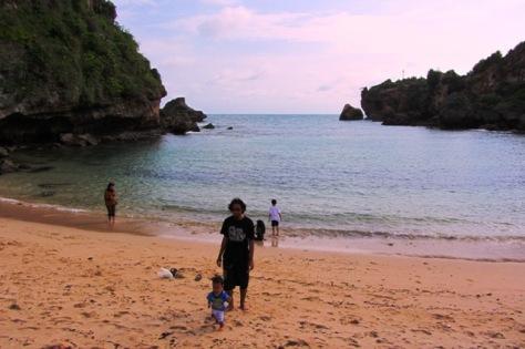 Pantai Ngrenehan yang berbentuk teluk dengan ombak tenang, cocok bagi Anda yang membawa anak kecil