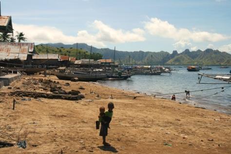 Pantai di dekat pelabuhan Kampung Komodo, tampak kapal-kapal nelayan tradisional sedang ditambat