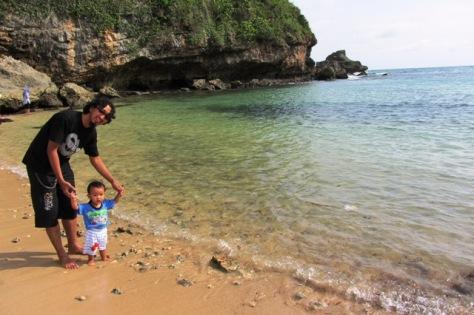 Batuan kapur di sekeliling Pantai Ngrenehan yang terkikis ombak