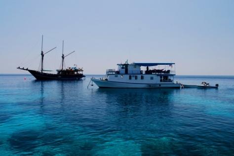 Kapal pinisi dari Sanur Bali menuju Labuan Bajo yang singgah dulu di Pulau Komodo