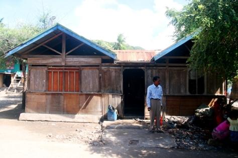 Rumah Pak Ishaka yang sederhana, tipikal rumah-rumah di Kampung Komodo